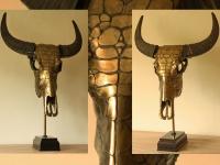 waterbuffel-kop-snakeskin-in-metalic-brons-op-sokkel