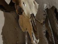 koeien-schedel-op-sokkel-zilver-antique