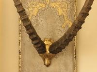 wandpaneel-met-schedel-van-steenbok-in-antiek-goud