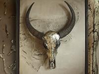 wandpaneel-met-buffel-schedel-in-antiek-tin